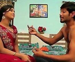 романтическая игра // красивая домохозяйка снимает сари