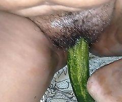 चूत के अंदर एक लम्बा खीरा डाल दो